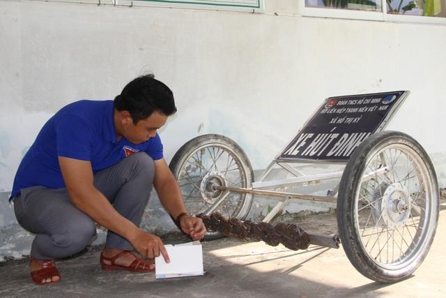 Phó Bí thư xã Đoàn làm xe hút đinh, tuyên truyền an toàn giao thông - 4