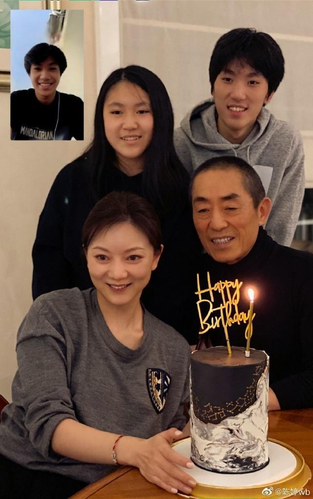 Vợ chồng đạo diễn Trương Nghệ Mưu tự hào công khai hình ảnh 3 con - 1