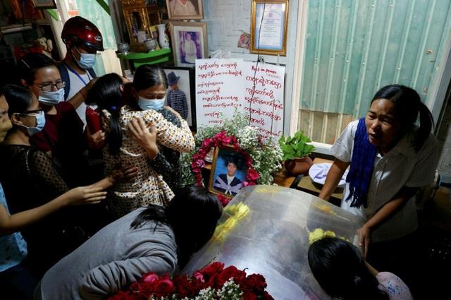 Thêm 4 người chết trong biểu tình, Myanmar bắt hàng loạt người nổi tiếng - 1