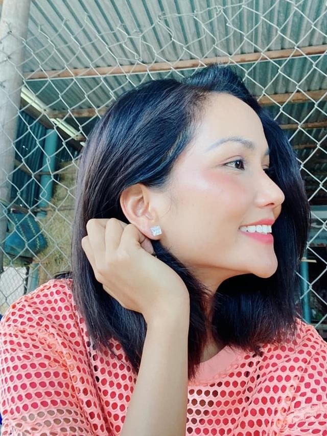 HHen Niê tung clip cùng loạt ảnh chứng minh gia đình 3 đời có cằm nhọn - 2