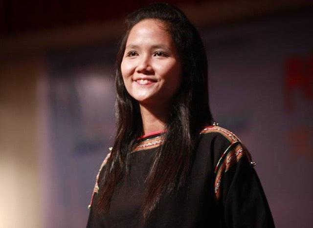 HHen Niê tung clip cùng loạt ảnh chứng minh gia đình 3 đời có cằm nhọn - 4
