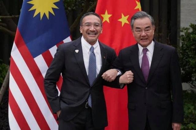 Ngoại trưởng Malaysia bị chỉ trích vì gọi đồng cấp Trung Quốc là anh cả - 1
