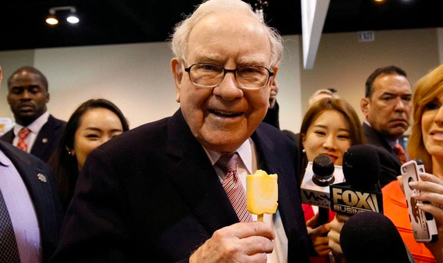 Điều hành đế chế đầu tư 40 năm, Warren Buffett nhận lương bao nhiêu? - 1