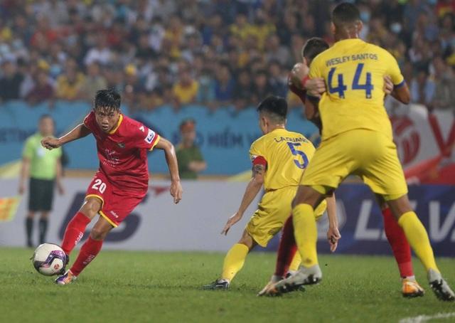 CLB Nam Định thắng nghẹt thở SL Nghệ An ở phút bù giờ - 2