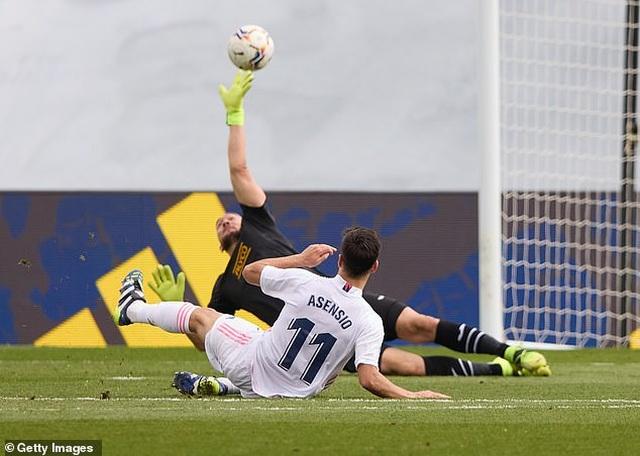 Benzema tỏa sáng, Real Madrid vượt mặt Barcelona và áp sát Atletico - 2