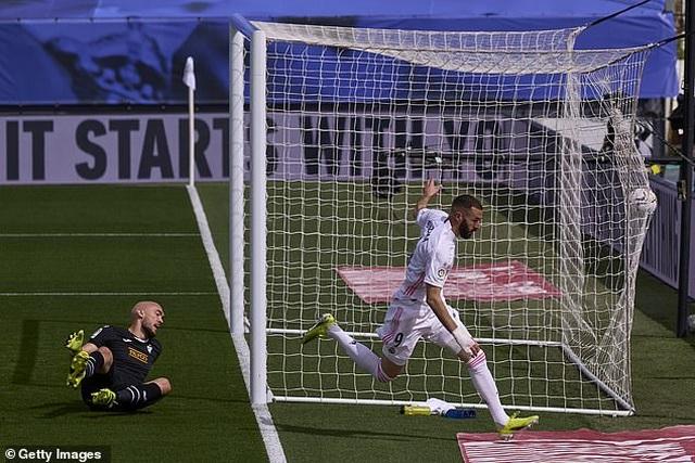 Benzema tỏa sáng, Real Madrid vượt mặt Barcelona và áp sát Atletico - 5