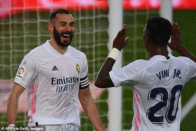 Benzema tỏa sáng, Real Madrid vượt mặt Barcelona và áp sát Atletico - 1