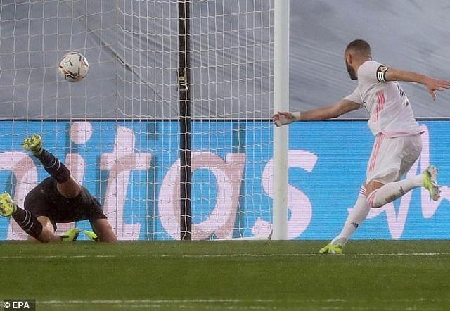 Benzema tỏa sáng, Real Madrid vượt mặt Barcelona và áp sát Atletico - 4