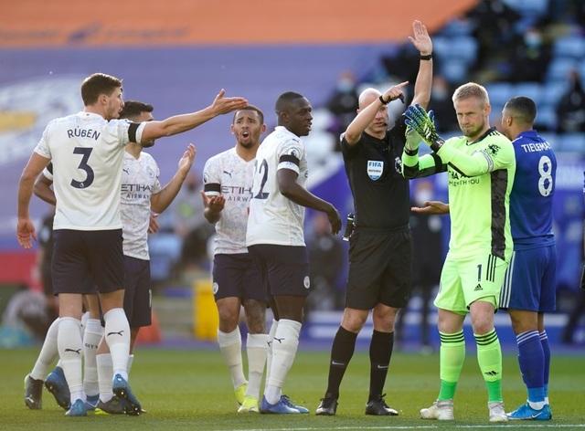 Leicester 0-2 Man City: Aguero phá siêu phẩm của Fernandinho - 1