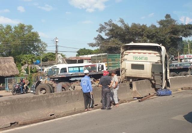 2 cuộn thép nặng hàng chục tấn lăn tự do, làm loạn trên quốc lộ - 1