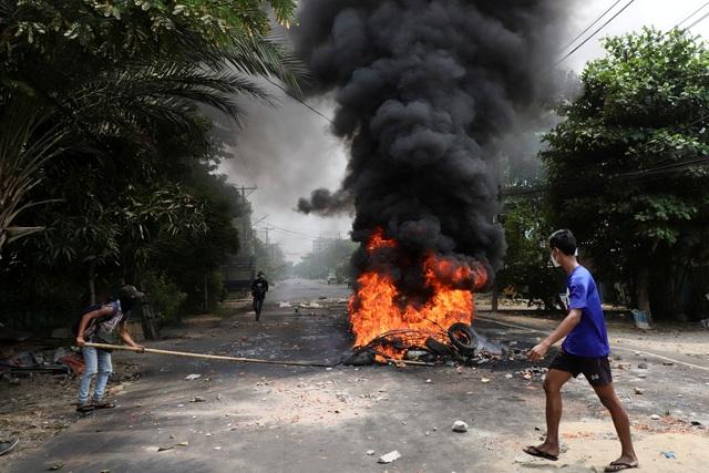 Người tị nạn ùn ùn chạy về biên giới, trốn khỏi chảo lửa Myanmar - 1