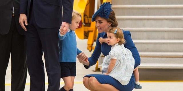 Tại sao công nương Kate luôn ngồi xuống khi nói chuyện với con? - 1