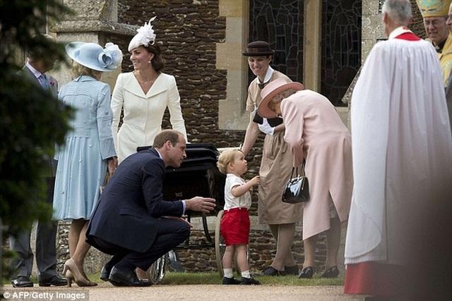 Tại sao công nương Kate luôn ngồi xuống khi nói chuyện với con? - 3