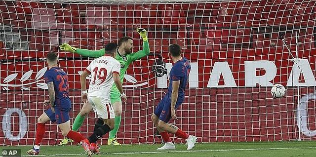 Luis Suarez gây thất vọng, Atletico thua cay đắng Sevilla - 4