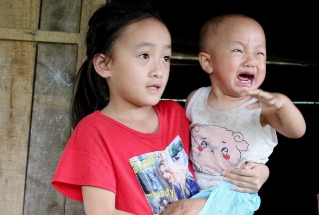 Ba đứa trẻ khóc nghẹn cầu xin sự sống cho cha bị vỡ hộp sọ