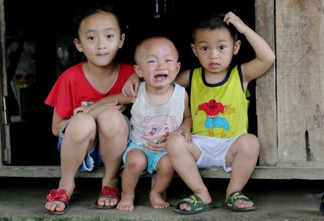 Nhói lòng cảnh ba đứa trẻ khóc nghẹn cầu xin sự sống cho cha bị vỡ hộp sọ - 2