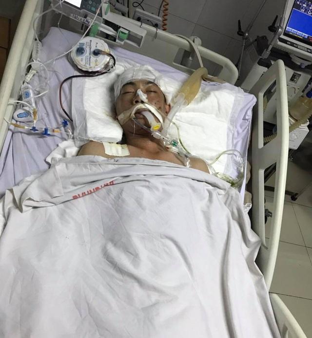 Nhói lòng cảnh ba đứa trẻ khóc nghẹn cầu xin sự sống cho cha bị vỡ hộp sọ - 1