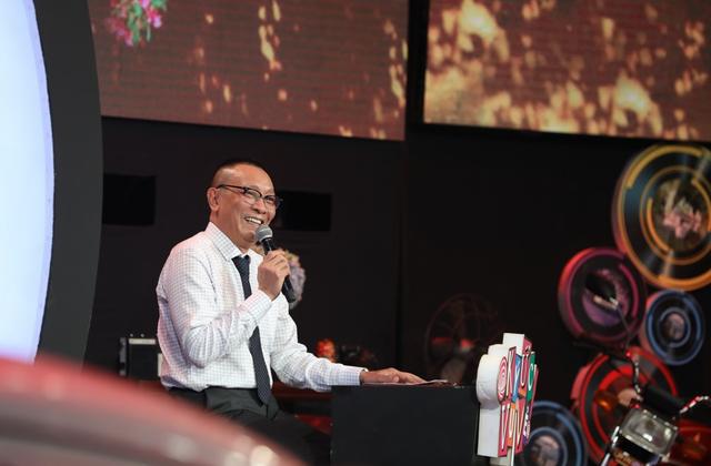 MC Lại Văn Sâm gặp sự cố, vội nhắn khán giả thông cảm trên sóng truyền hình