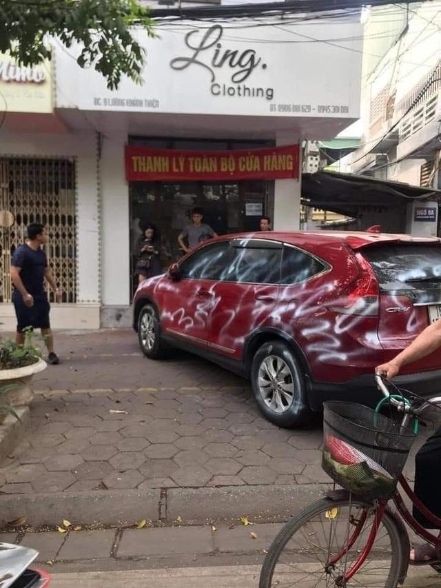 Đỗ chắn trước cửa hàng, ô tô bị xịt sơn trắng xóa - 2