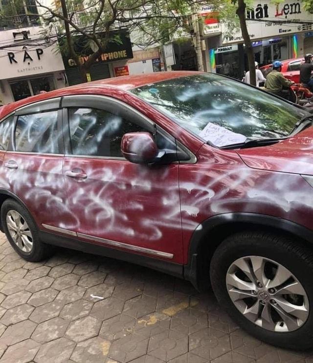 Xe CR-V đỏ bị phun sơn trắng loang lổ vì đỗ trước cửa hàng - 2