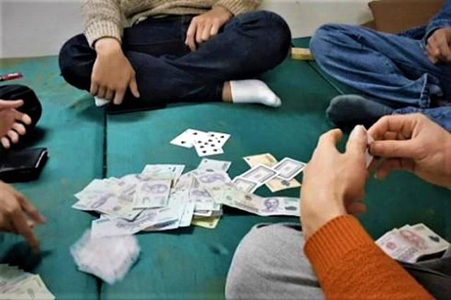 3 cán bộ huyện bị khởi tố do liên quan tội đánh bạc - 1