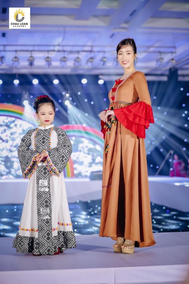 Á hậu nhí Thế giới Trần Thị Hoàng Vân hát mở màn show diễn Thiên đường giấc mơ - 2