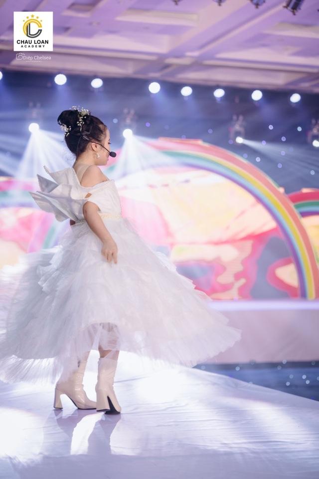 Á hậu nhí Thế giới Trần Thị Hoàng Vân hát mở màn show diễn Thiên đường giấc mơ - 5