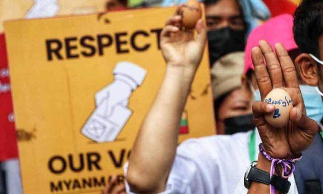 Quân đội Myanmar bắt người nổi tiếng, người biểu tình đổi chiến thuật - 1