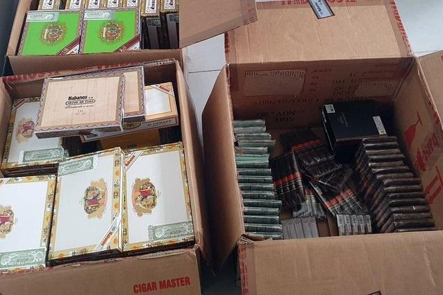 Hà Nội: Tiếp viên hàng không bị bắt vì buôn lậu lượng xì gà khủng - 2