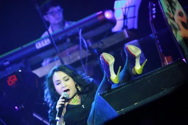 Sao Việt ngã lộn nhào: Ca sĩ đau đớn, muối mặt, khán giả thót tim!