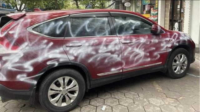 Đỗ chắn trước cửa hàng, ô tô bị xịt sơn trắng xóa - 1
