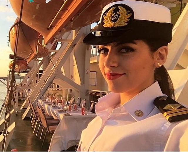Nữ thuyền trưởng xinh đẹp bị đồn