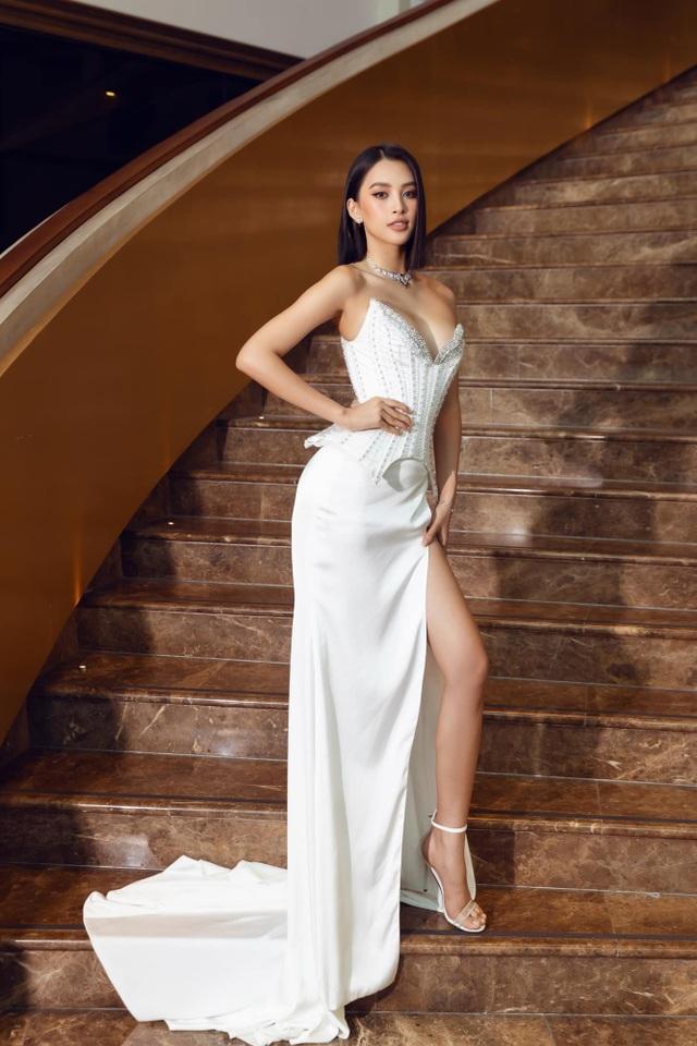 Hoa hậu đua nhau diện váy xẻ sâu khoe vòng 1 gợi cảm - 2