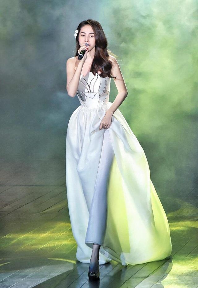 Hoa hậu đua nhau diện váy xẻ sâu khoe vòng 1 gợi cảm - 8