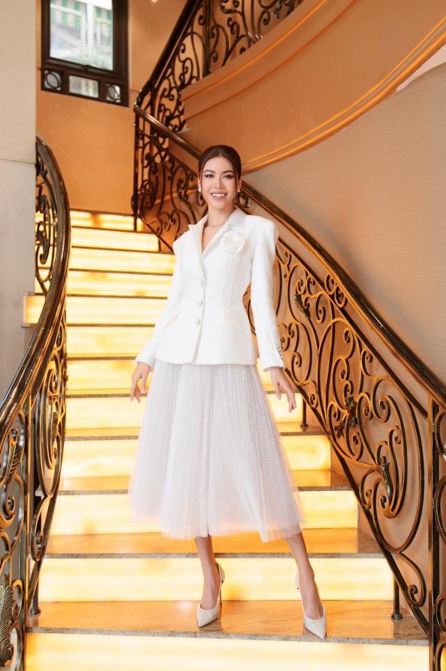 Hoa hậu đua nhau diện váy xẻ sâu khoe vòng 1 gợi cảm - 11