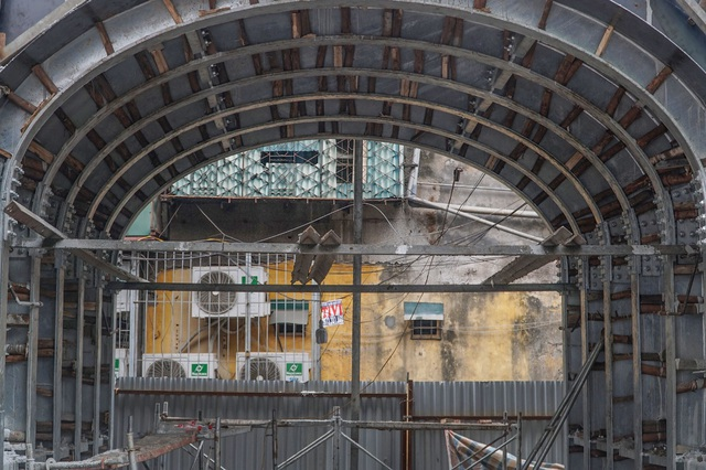 Thêm một vòm cầu trăm tuổi phố Phùng Hưng được đục thông - 4