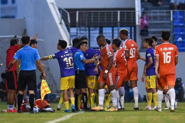 Trọng tài không phạt thẻ đỏ Bùi Hoàng Việt Anh bị treo còi - 1