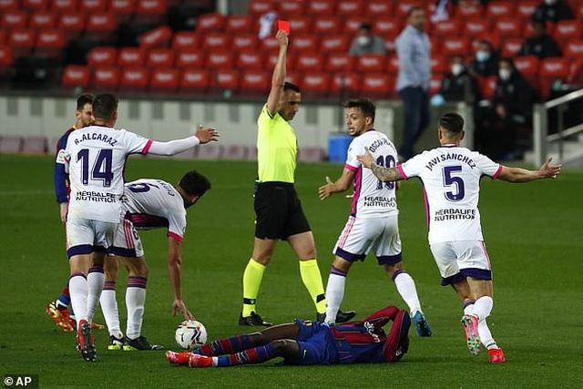 Thắng nghẹt thở, Barcelona vượt qua Real Madrid và kém Atletico 1 điểm - 3