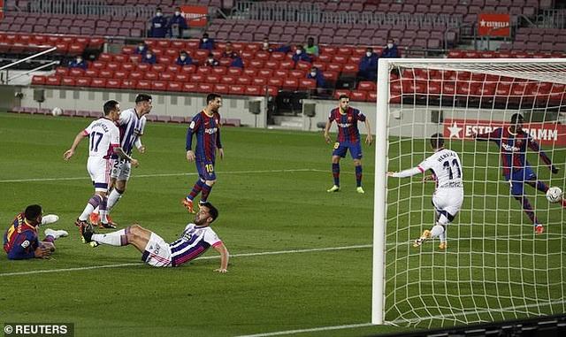 Thắng nghẹt thở, Barcelona vượt qua Real Madrid và kém Atletico 1 điểm - 4