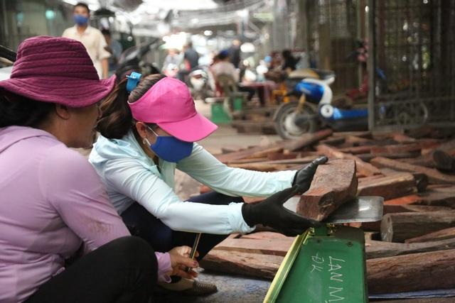 Ghé chợ củi khô xem người bán kiếm trăm triệu đồng mỗi năm - 3