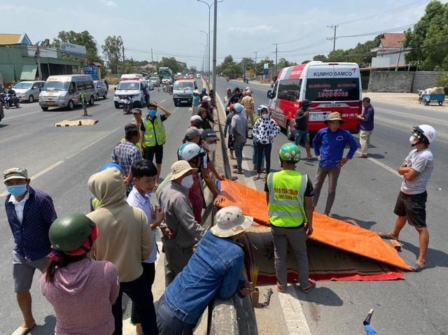 Xe máy chạy ngược chiều cắm đầu vào xe khách, 2 người tử vong tại chỗ - 1