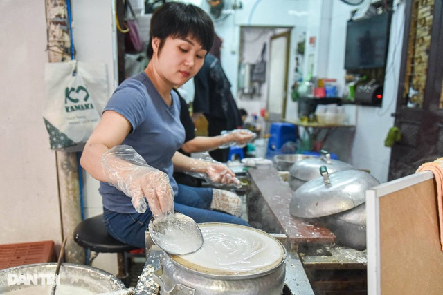 The restaurant has been sold for 40 years, selling 200 servings per day in Hanoi - 3