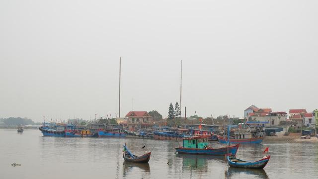 Thiếu lao động đi biển, nhiều tàu cá phải nằm bờ - 1
