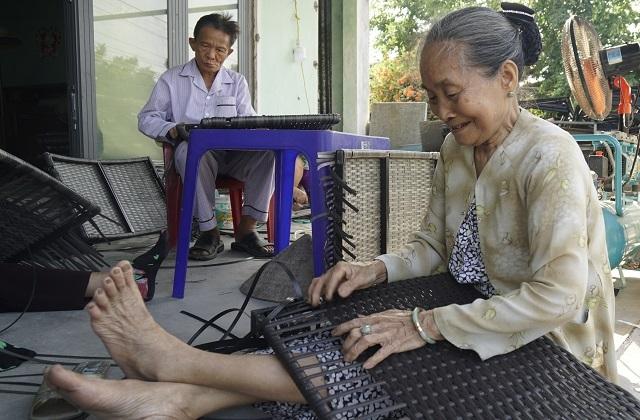 Nhiều lao động nữ tăng thu nhập từ nghề đan bàn ghế nhựa giả mây  - 3