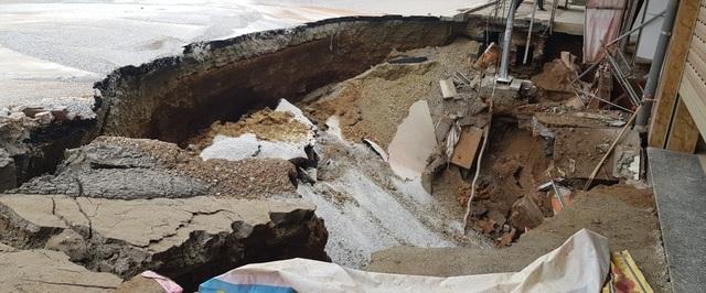 Cận cảnh hố tử thần sâu 5m nuốt nhà dân ở Hà Nội - 9