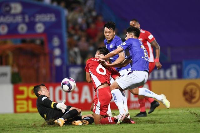 CLB Hà Nội 0-1 CLB Viettel: Trọng Hoàng ghi bàn, Quang Hải kém duyên - 19