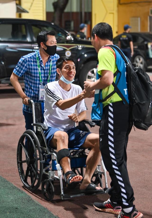 Đi xe lăn đến cổ vũ, Hùng Dũng chứng kiến CLB Hà Nội thất bại cay đắng - 2