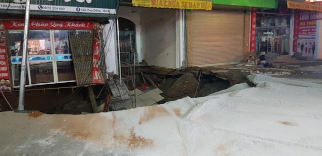 Cận cảnh hố tử thần sâu 5m nuốt nhà dân ở Hà Nội - 5