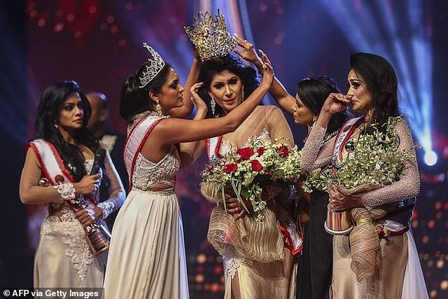 Sốc với khoảnh khắc Hoa hậu bị tước vương miện ngay khi đăng quang - 2