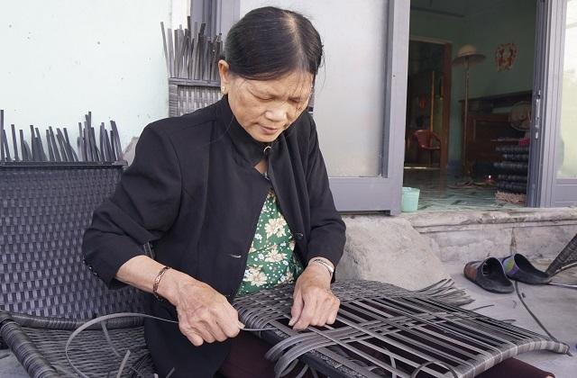Nhiều lao động nữ tăng thu nhập từ nghề đan bàn ghế nhựa giả mây  - 1
